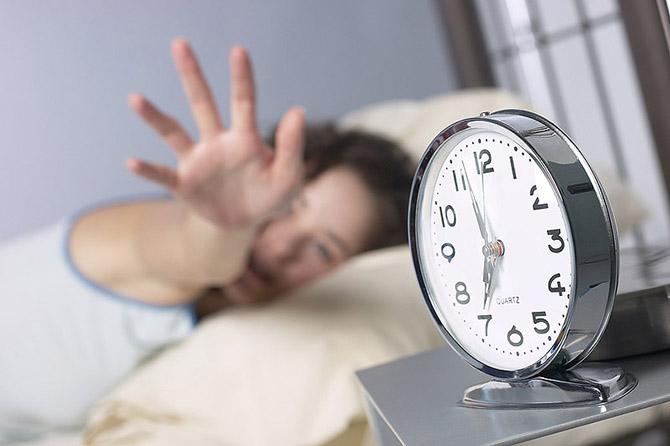 отрицательно влияют  на мозг:  Хроническое недосыпание