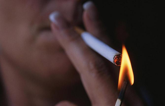 отрицательно влияют  на мозг:  Курение