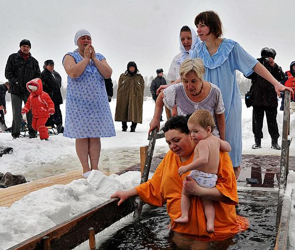 ТОП -10 правил купания в проруби на Крещение