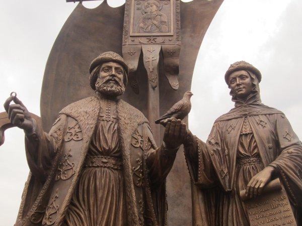 Пётр и Феврония паятник