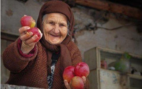 пожилые люди добрее и щедрее
